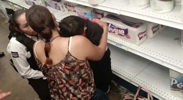 Mujer pierde a su hijo en supermercado; lo encuentran dormido en anaquel
